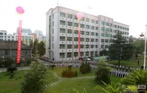 福建古田县两百名小学生停课夹道欢迎省领导